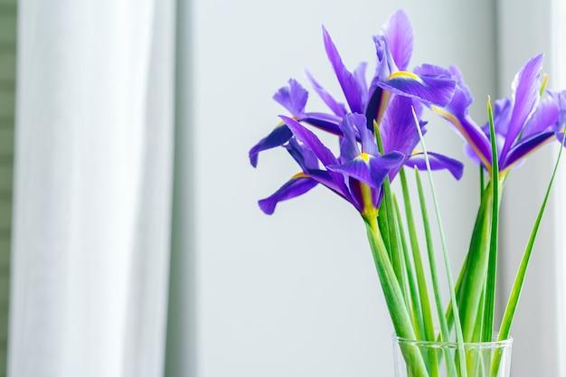 Boeket verse bloemen op een tafel