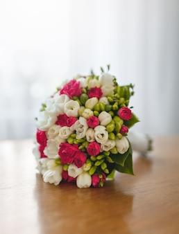 Boeket verse bloemen op tafel