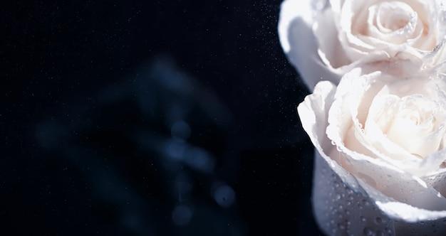 Boeket verse bloemen. vakantiecadeau voor je geliefde. achtergrond st. valentijnsdag. roos, tulp, iris bloemstuk.
