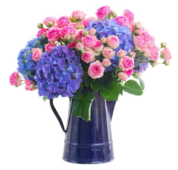 Boeket verse roze rozen en blauwe hortenzia bloemen geïsoleerd op witte ruimte