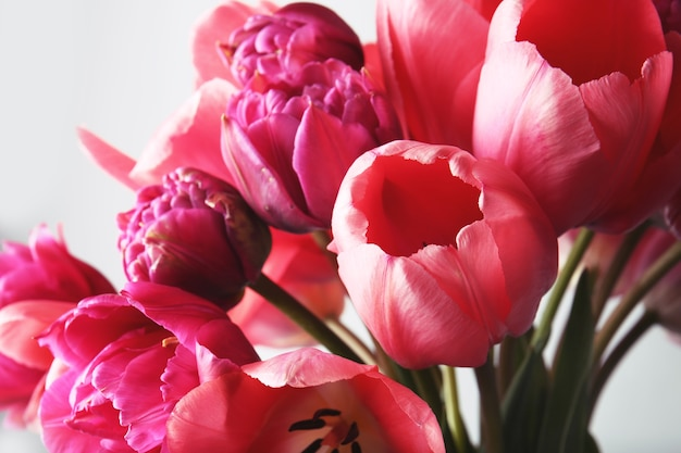 Boeket verse tulpen geïsoleerd Premium Foto