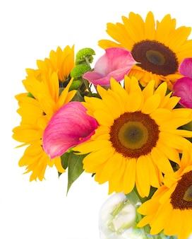 Boeket verse zonnebloemen, callas en moeders close-up geïsoleerd