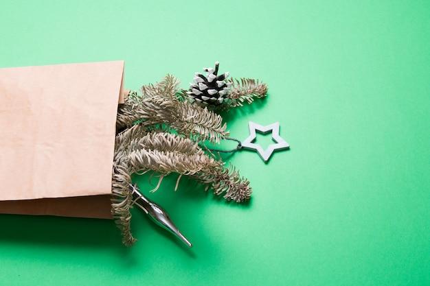 Boeket versierd met dennenappels en kerstspeelgoed