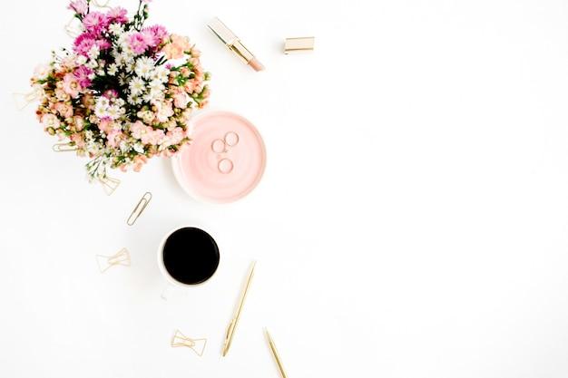 Boeket wilde bloemen, koffiekopje, gouden pen, clips en accessoires