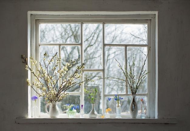Boeketten bloemen op de vensterbank