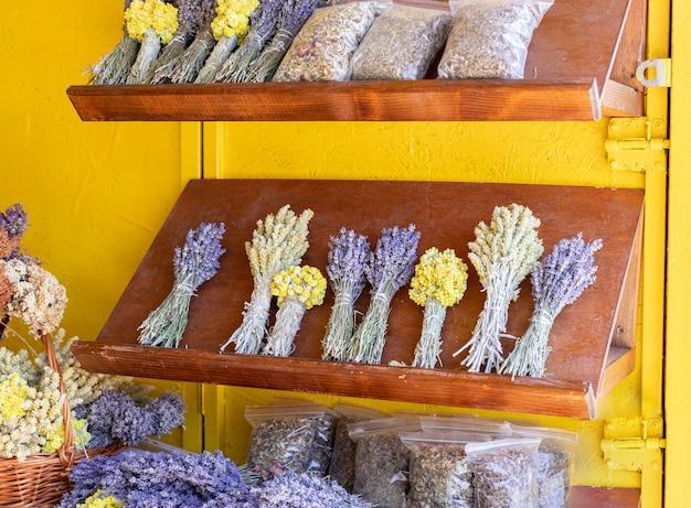 Boeketten van geneeskrachtige kruiden en bloemen op het aanrecht