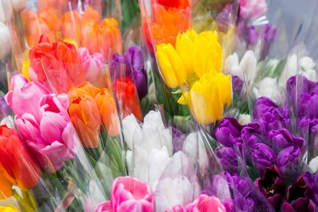 Boeketten van tulpen in de winkel. kleurrijke mooie boeketten