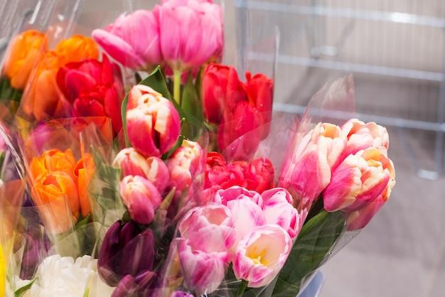 Boeketten van tulpen in de winkel.