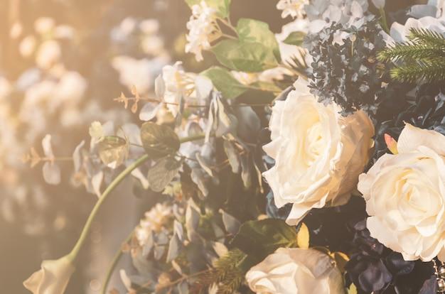 Boeketten van verschillende kunstmatige stoffenbloemen. decoratie voor huwelijksceremonie.