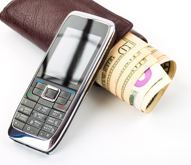 Boekhouding. contant geld, portemonnee en mobiele telefoon op tafel.