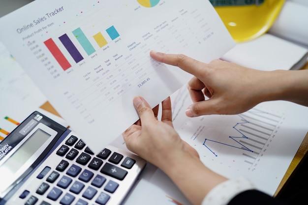 Boekhouding werkend projectboekhouding met grafiek in modern kantoor,