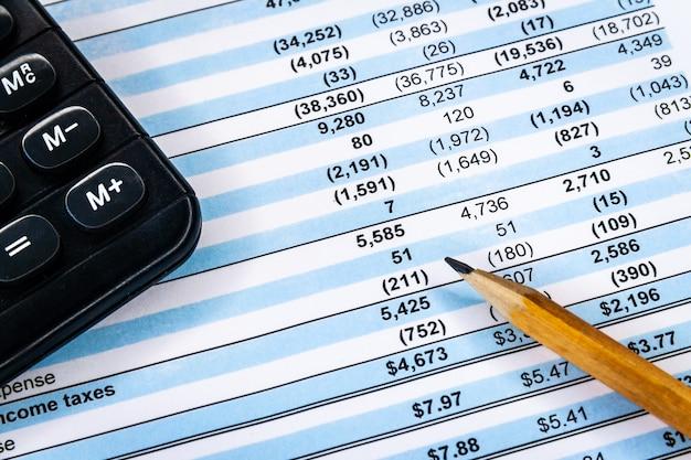Boekhoudkundige zaken. rekenmachine met boekhoudkundig rapport en financieel overzicht