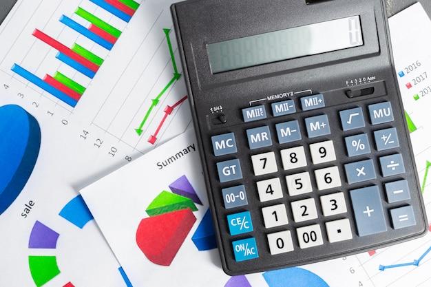 Boekhoudrapport controleren op bedrijfstabel. rekenmachine