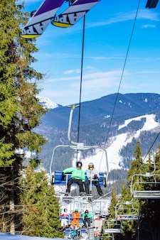 Boekovel, oekraïne - 10 februari 2019: mensen bij de skilift in de bergen. wintersport activiteit