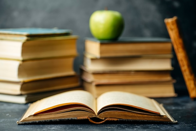 Boekstudie opgeleid. bibliotheek en woordenboekachtergrond. studenten studeren aan universiteiten en hogescholen, schoolkinderen op school en thuisonderwijs