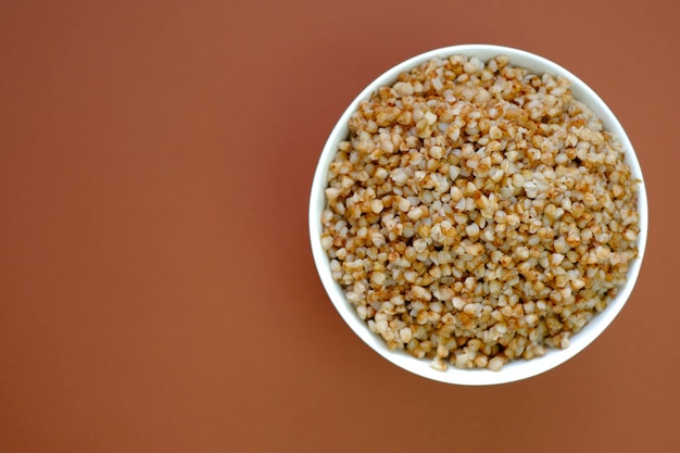 Boekweit. boekweitpap in een ronde plaat close-up. granen. gezond eten.