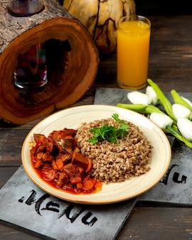 Boekweit met vlees en groenten in tomatensaus