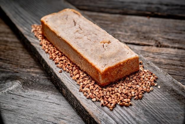 Boekweitbrood. vers gebakken traditioneel brood op houten tafel.