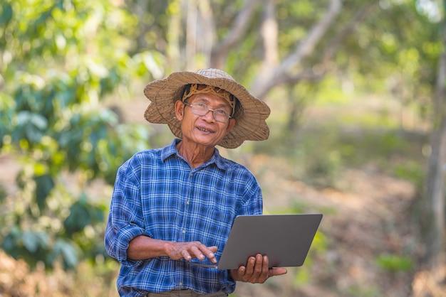 Boer aziatische met smartphone en laptop, business en technologie concept