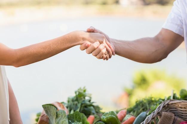 Boer en klant handen schudden