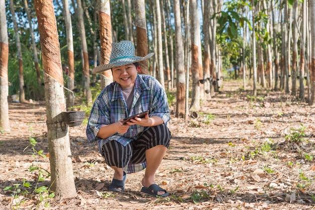 Boer in rubberboom plantage