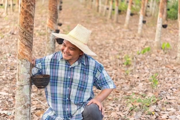 Boer landbouwer rubberboom plantage