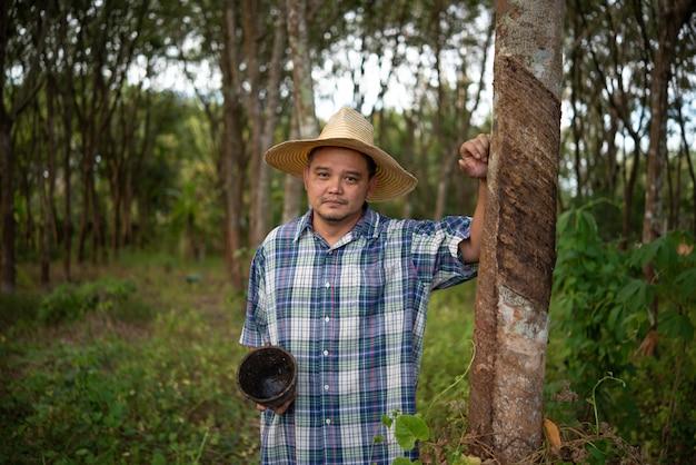 Boer landbouwer rubberplantage lage opbrengst