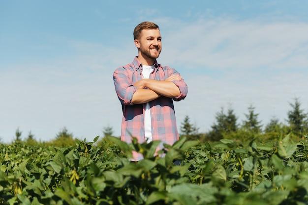 Boer maakt foto's van sojaplantages. kwaliteitscontrole. het werk van een landbouwingenieur. braziliaanse boerderij.