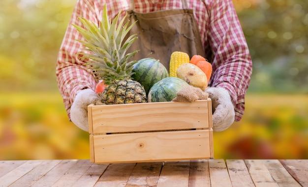 Boer met eco groenten en fruit in de herfst. landbouw op oogst hoorn des overvloeds herfstseizoen en thanksgiving day.