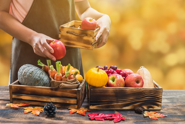 Boer met eco groenten en fruit in de herfst. landbouw op oogsthoorn des overvloeds in herfstseizoen en thanksgiving day.