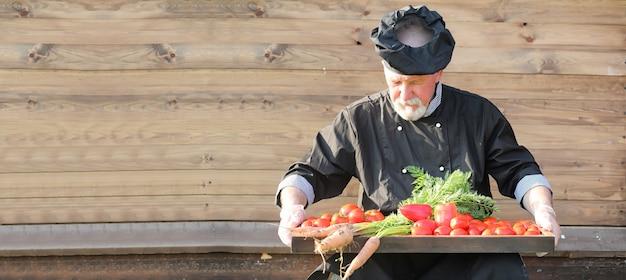 Boer met een mand met verse groenten op het platteland
