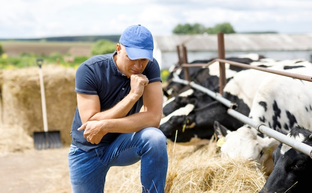 Boer op boerderij met melkkoe