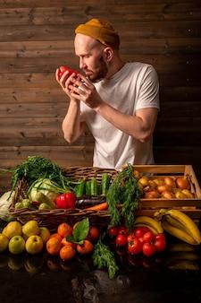 Boer verkoopt biologische groenten op markt rustieke stylehealthy food concept