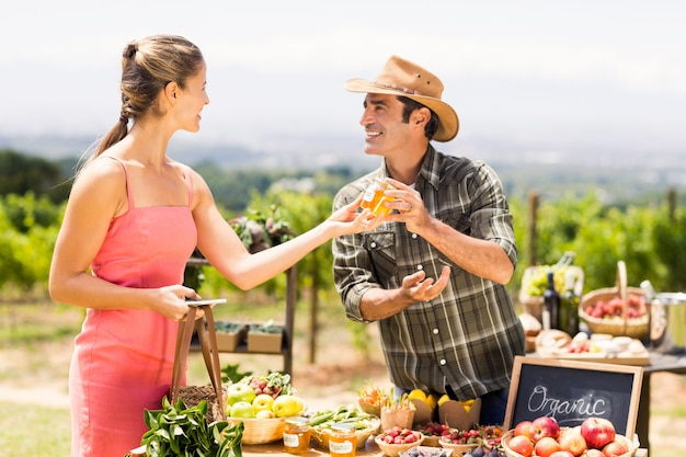 Boer verkoopt zijn biologische producten aan de klant
