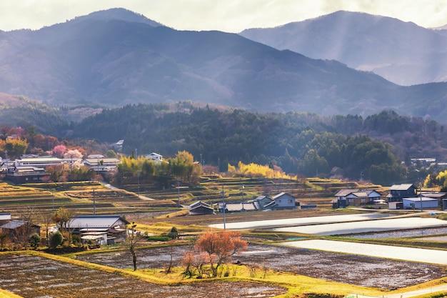 Boerderij en huizen met straallicht, kiso-vallei