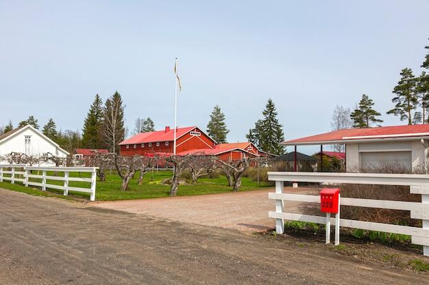 Boerderij met houten huizen en een hek