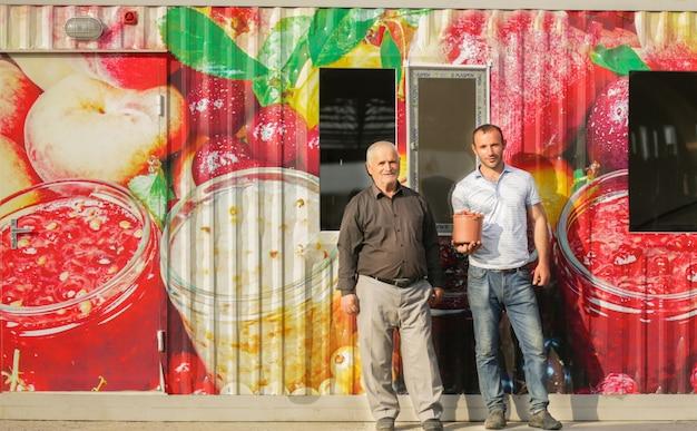 Boeren die een sapbedrijf bezitten en fruitproducten produceren