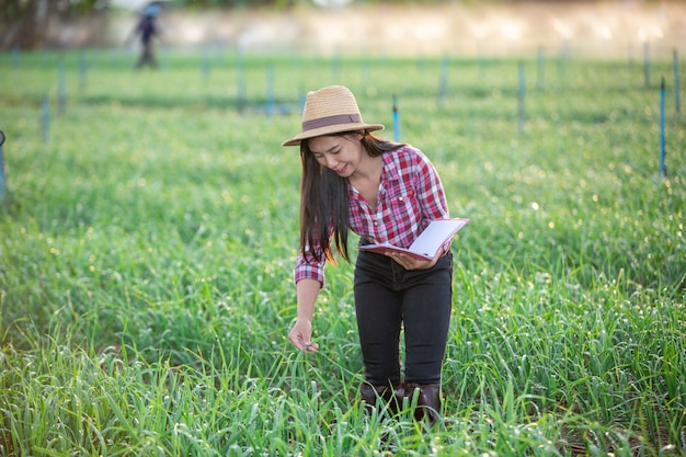 Boeren die vrouwen glimlachen