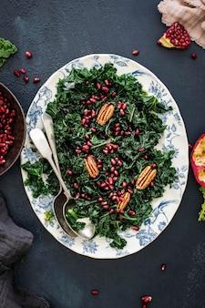 Boerenkoolsalade met granaatappel en appel met pecannoten foodfotografie