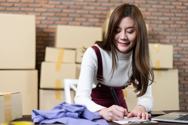 Boetiekeigenaar van jong meisje, kledingwinkel, jonge ondernemer startende ondernemer.