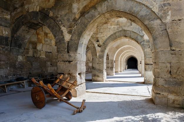 Bogen en kolommen in caravansary sultanhani op zijdeweg, turkije