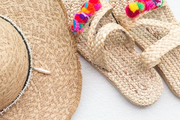 Boheemse stro rieten hoed en slippers.