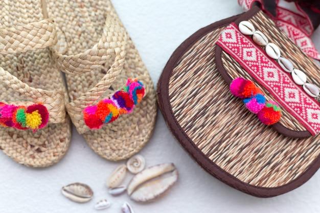 Boheemse stro rieten tas en slippers.