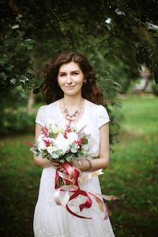 Boho chic bruids met bruiloft bloemen