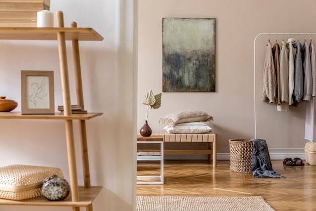 Boho compositie van woonkamer met meubels, mock-up schilderij, rotan decoratie en elegante persoonlijke accessoires. beige muur. huisdecoratie. sjabloon.