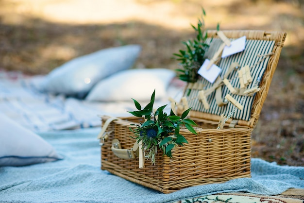 Boho-stijl feestdecor in het bos. feestdecoratie voor een vrijgezellenfeest.