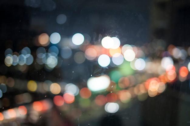 Bokeh lichten op de regen kijken uit het raam.
