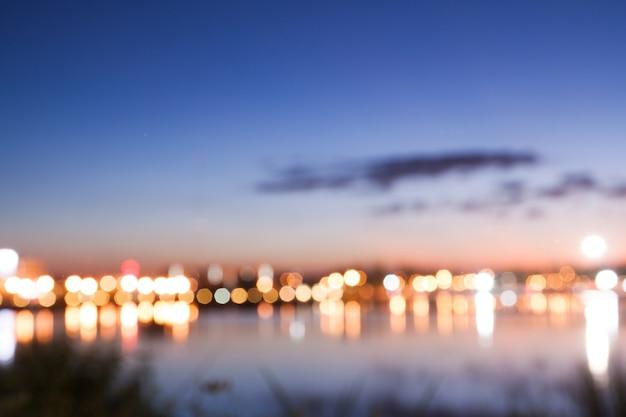Bokeh van stadslicht met uitzicht op het meer, wazige achtergrond in de natuur