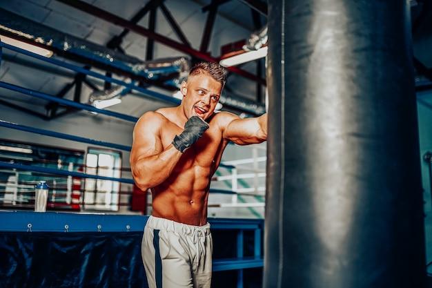 Bokser die traint op een bokszak in de sportschool