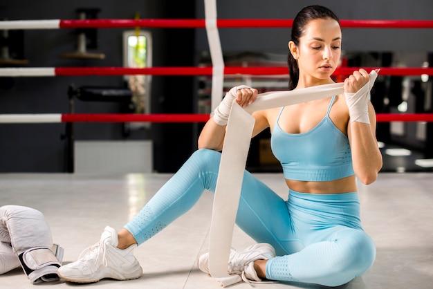 Boksermeisje het stellen bij de gymnastiek
